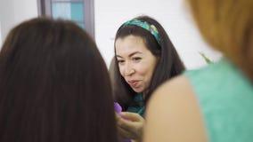 Menina caucasiana loira abraçando sua amiga morena grávida e dando seu presente em saco de presente violeta Quatro vídeos de arquivo