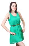 Menina caucasiano 18 anos velha no vestido verde curto. Imagem de Stock