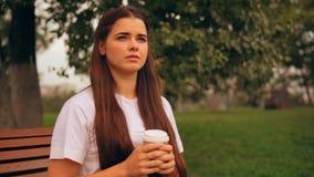 Menina caucasiano atrativa para apreciar fora a ruptura filme