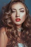 Menina caucasiano bonita com composição longa encaracolado do cabelo e do luxo Fotografia de Stock