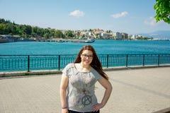 Menina caucasiano bonita na frente do mar Fotografia de Stock