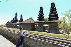 A menina caucasiano europeia olha o templo Taman Ayun de Bali Imagens de Stock Royalty Free
