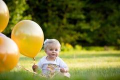 Menina caucasiano loura pequena feliz fora com balões fotografia de stock royalty free