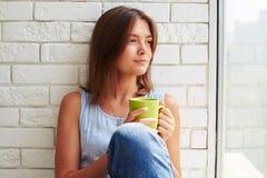 Menina caucasiano no humor pensativo e com expres faciais pensativos Imagens de Stock Royalty Free