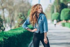 Menina caucasiano nova bonita com cabelo encaracolado Fotos de Stock