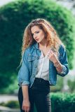 Menina caucasiano nova bonita com cabelo encaracolado Fotos de Stock Royalty Free