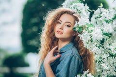 Menina caucasiano nova bonita com cabelo encaracolado Fotografia de Stock