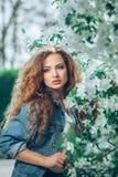 Menina caucasiano nova bonita com cabelo encaracolado Foto de Stock