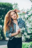 Menina caucasiano nova bonita com cabelo encaracolado Imagens de Stock Royalty Free
