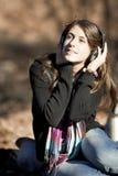 Menina caucasiano nova que escuta a música fotografia de stock royalty free