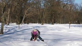 Menina caucasiano pequena que tem o divertimento no parque da cidade do inverno video estoque