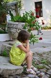 Menina caucasiano triste em meditar amarelo do vestido imagens de stock royalty free