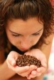 A menina cheira o aroma do café fotos de stock