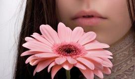 A menina cheira uma flor fotos de stock royalty free