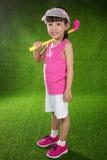 Menina chinesa asiática que joga o golfe Foto de Stock Royalty Free