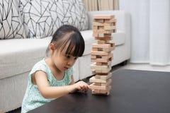 Menina chinesa asiática que joga pilhas de madeira fotos de stock