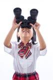 Menina chinesa asiática que olha através dos binóculos fotos de stock royalty free