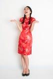 Menina chinesa asiática entusiasmado que olha acima Imagem de Stock Royalty Free