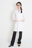 Menina chinesa asiática no uniforme branco do laboratório Fotos de Stock Royalty Free