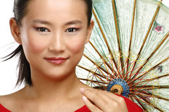 Menina chinesa bonita com o guarda-chuva caseiro tradicional Imagem de Stock