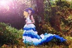 A menina chinesa bonita vestiu-se nos trajes ocidentais vestidos como uma bruxa Foto de Stock Royalty Free