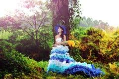 A menina chinesa bonita vestiu-se nos trajes ocidentais vestidos como uma bruxa Imagem de Stock Royalty Free