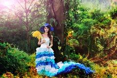 A menina chinesa bonita vestiu-se nos trajes ocidentais vestidos como uma bruxa Imagens de Stock Royalty Free