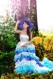 A menina chinesa bonita vestiu-se nos trajes ocidentais vestidos como uma bruxa Fotografia de Stock