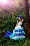 A menina chinesa bonita vestiu-se nos trajes ocidentais vestidos como uma bruxa Fotografia de Stock Royalty Free