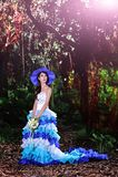 A menina chinesa bonita vestiu-se nos trajes ocidentais vestidos como uma bruxa Imagem de Stock