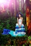 A menina chinesa bonita vestiu-se nos trajes ocidentais vestidos como uma bruxa Fotos de Stock Royalty Free