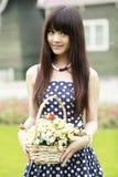 Menina chinesa com flores Fotos de Stock Royalty Free