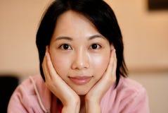 Menina chinesa de sorriso Fotos de Stock Royalty Free