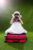 Menina chinesa pequena asiática que joga com câmera Fotos de Stock