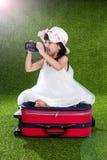 Menina chinesa pequena asiática que joga com câmera Foto de Stock Royalty Free