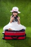 Menina chinesa pequena asiática que joga com câmera Foto de Stock