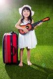 Menina chinesa pequena asiática que joga com guitarra Fotos de Stock