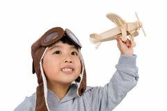 Menina chinesa pequena asiática que joga com Toy Airplane Imagens de Stock Royalty Free