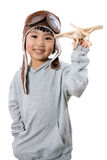 Menina chinesa pequena asiática que joga com Toy Airplane Fotografia de Stock