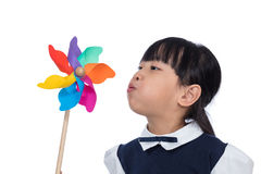 Menina chinesa pequena asiática que joga o girândola colorido fotografia de stock