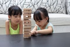 Menina chinesa pequena asiática que joga pilhas de madeira imagem de stock royalty free
