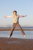 A menina chinesa salta Fotografia de Stock Royalty Free