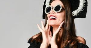 Menina chocada elegante, no vestido preto com óculos de sol imagens de stock