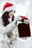 A menina chocada no inverno veste a abertura de um presente fotografia de stock royalty free