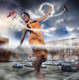 A menina circunda a cidade Imagens de Stock Royalty Free
