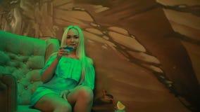 Menina clássica bonita do pinup no clube que bebe um cocktail vídeos de arquivo