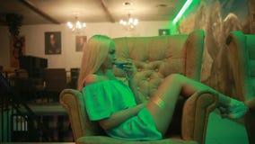 Menina clássica bonita do pinup no clube que bebe um cocktail video estoque