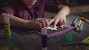 A menina cola cartões Preparação para a celebração de Dia das Bruxas filme