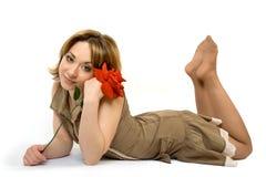 Menina colocada no assoalho com explorador de saída de quadriculação Foto de Stock