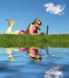 Menina com água do caderno fotos de stock royalty free